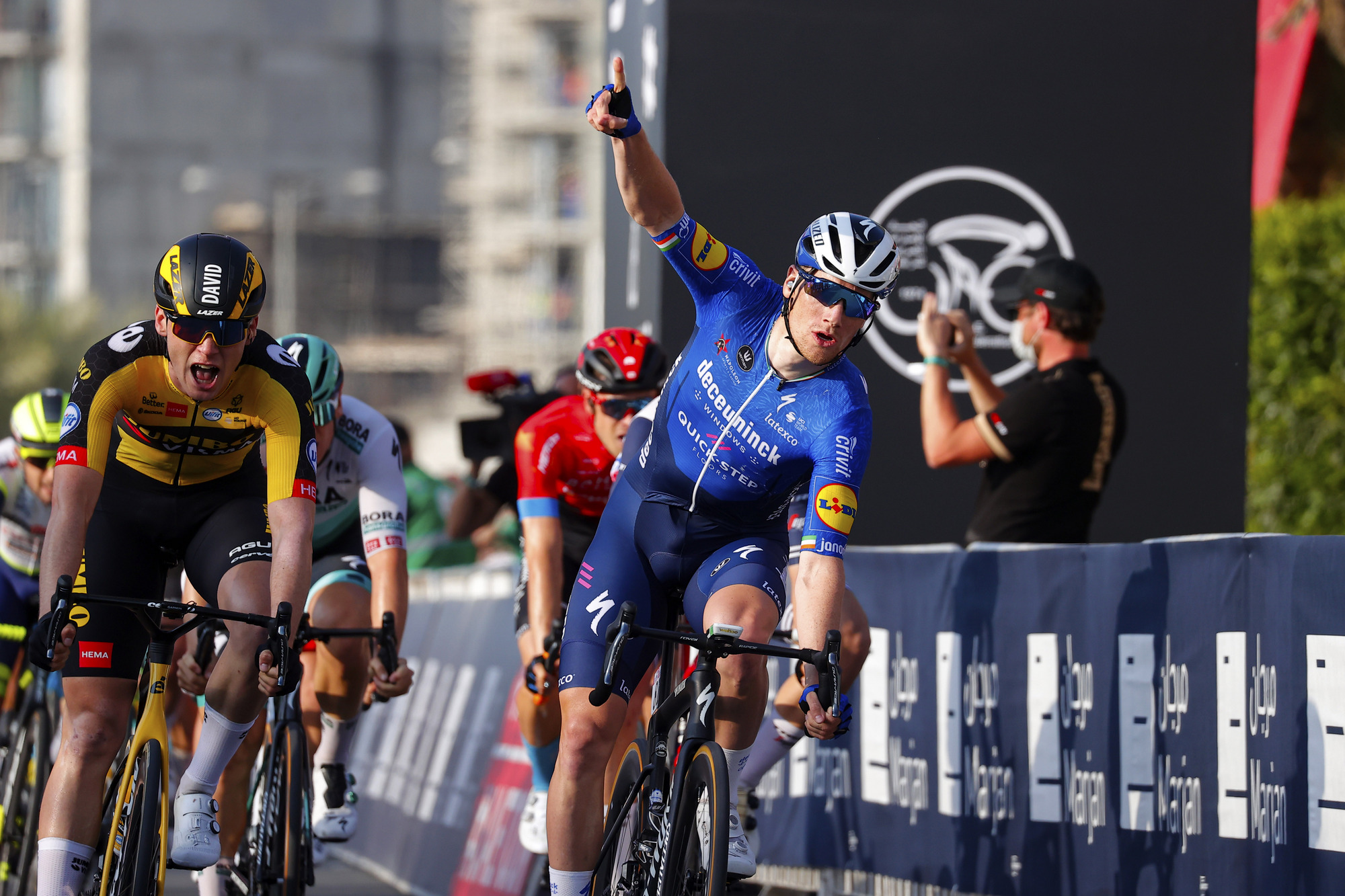 Sam Bennett (Deceuninck-QuickStep) opted to sprint on the right of the road to find a way through