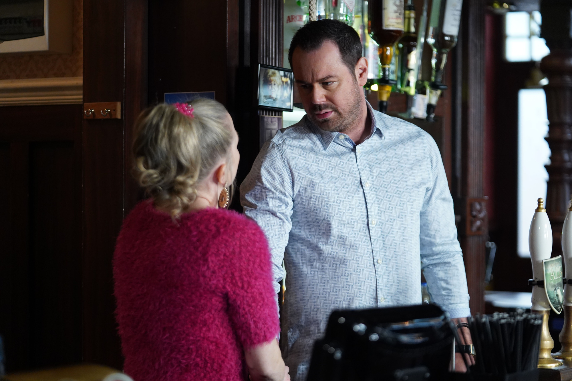 Linda wants to stop working in the bar in EastEnders
