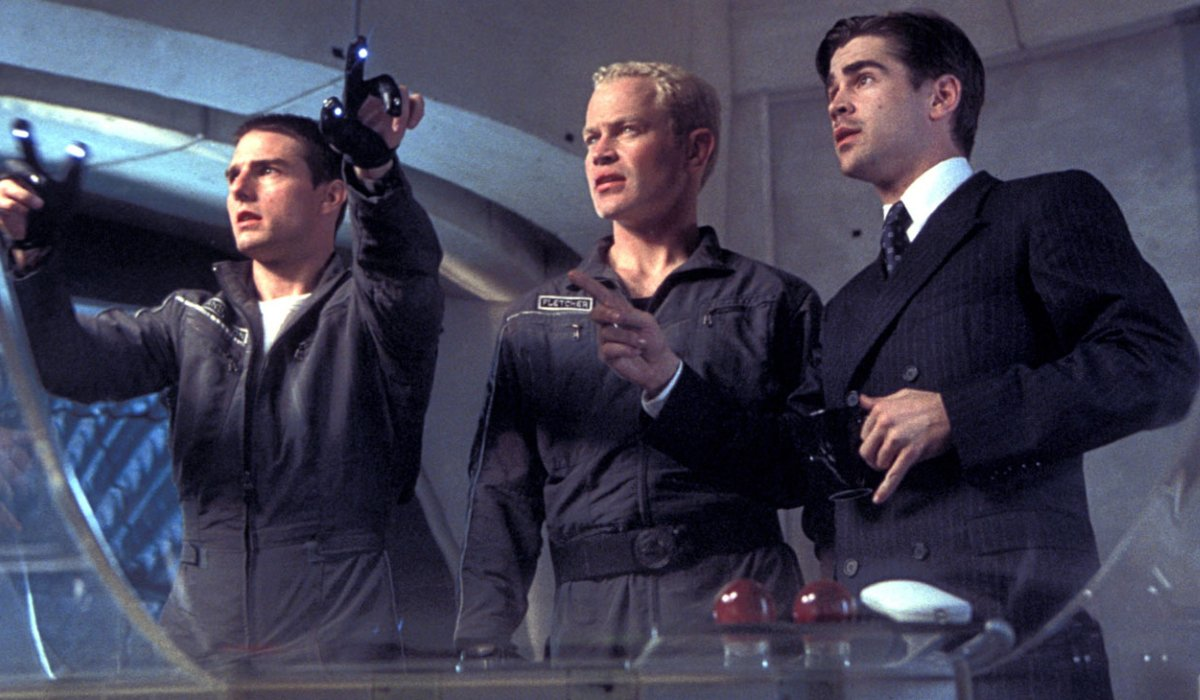 Minority Report Tom Cruise shows off his evidence to Neal McDonaugh and Colin Farrell