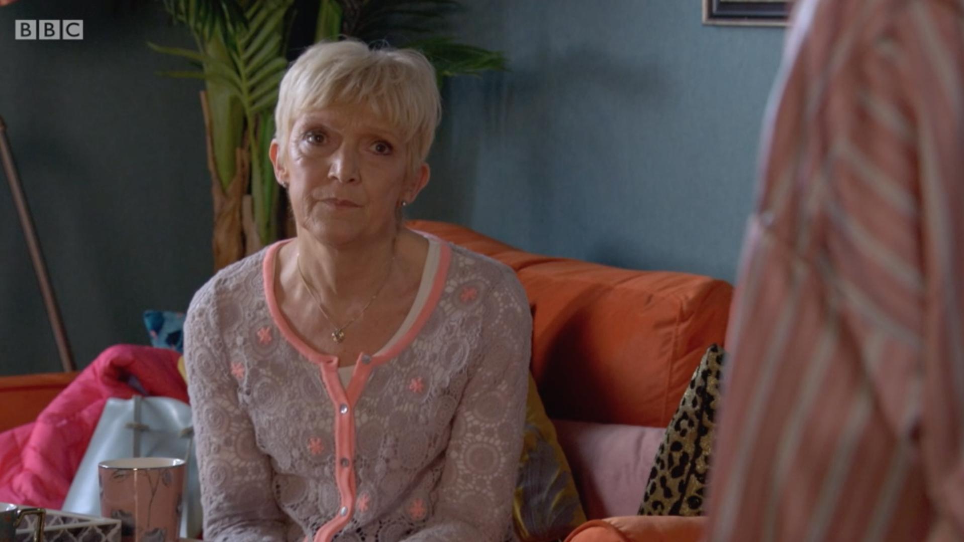 Jean y Ruby están hablando en EastEnders
