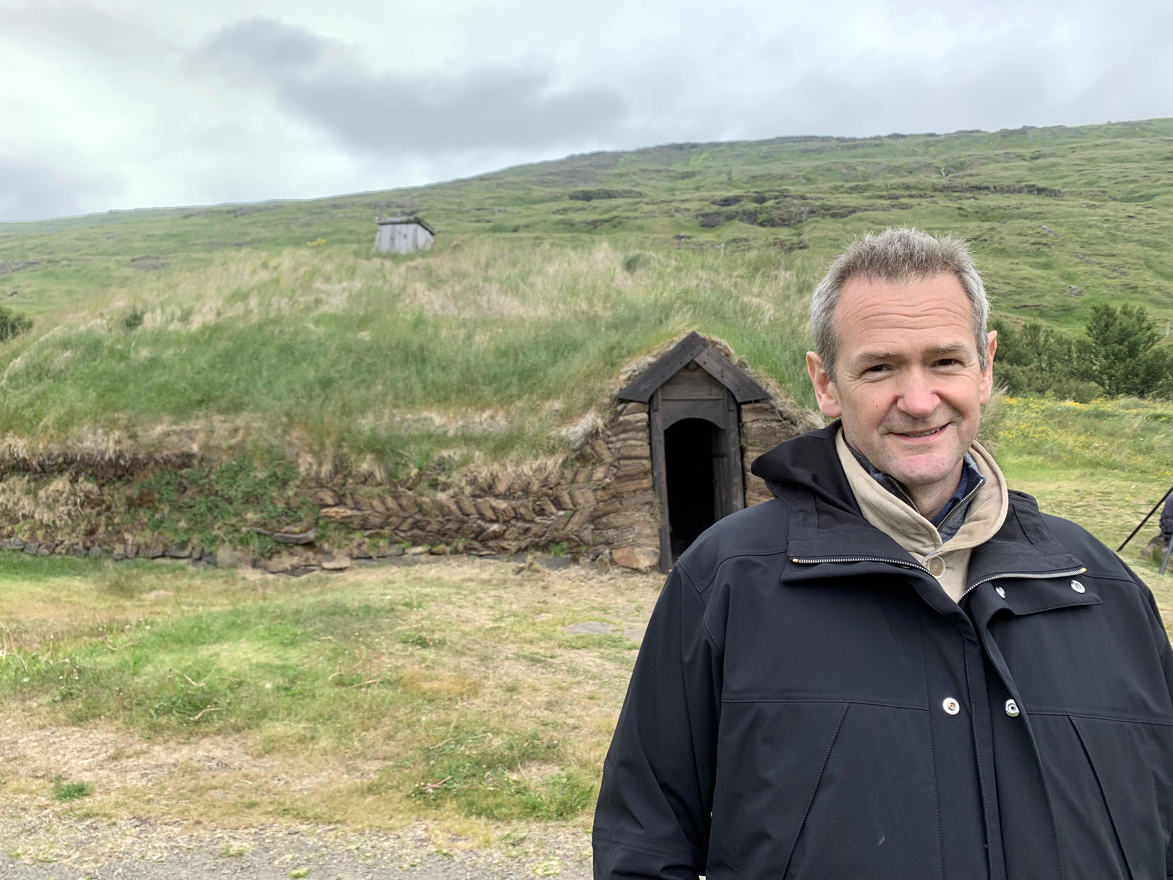 ¿Habrá un elfo por esta puerta? Islandia con Alexander Armstrong promete algunos descubrimientos mágicos.