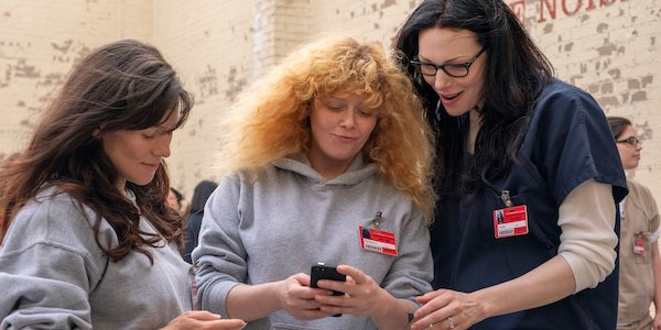 orange is the new black season 7 looking at cell phone