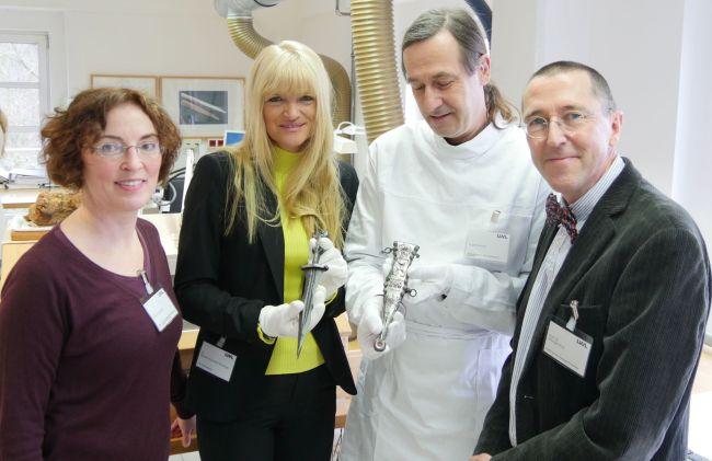 LWL-Roman expert Bettina Tremmel (left), LWL cultural department head Barbara Rüschoff-Parzinger, LWL restorer Eugen Müsch and LWL chief archeology Professor Michael Rind present the Roman dagger.