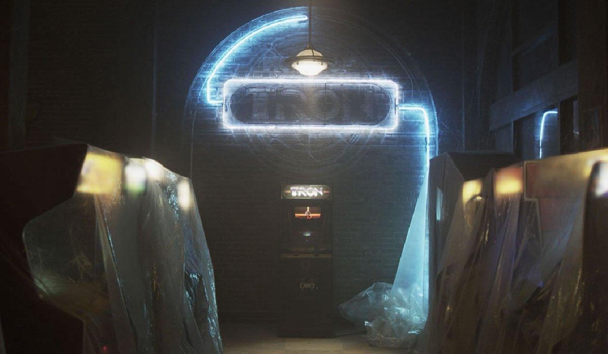 Tron: Legacy Flynn's Arcade in disrepair