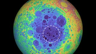A topographical map of the far side of the moon shows the South Pole-Aitken basin in blue shades and the mass anomaly studied in the new research within the dashed line.