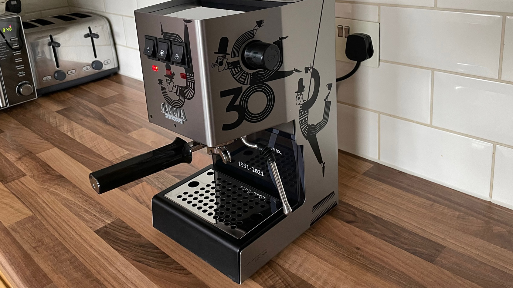 The side view of the Gaggia Classic on a kitchen countertop