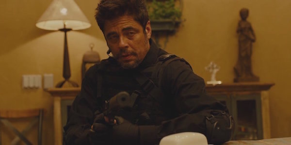 Benicio del Toro pointing gun in Sicario
