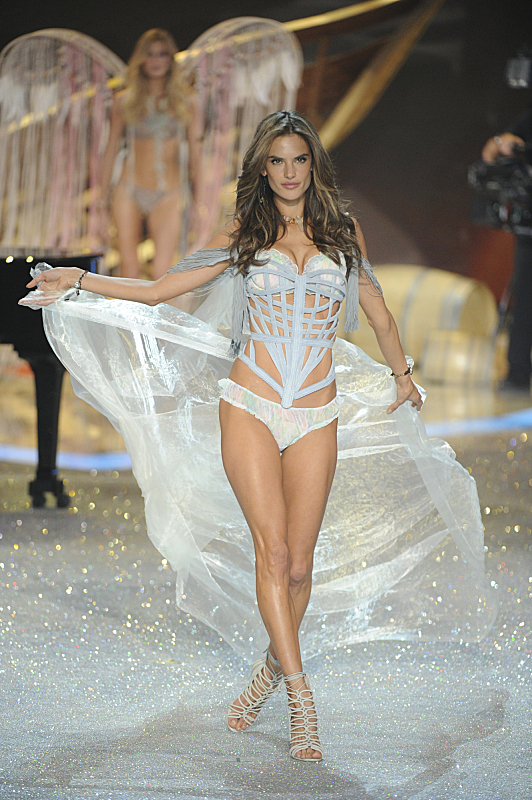 Watch Victoria's Secret Angels Lip Sync To Taylor Swift's 'I Knew You Were Trouble' #29891