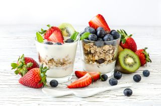 Berries with yogurt and granola