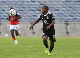 Azola Tshobeni challenged by Gape Mohutsiwa