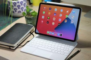 iPad Pro 11-inch 2021 with Magic keyboard and apple pencil