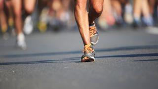 Ein Mann läuft einen Marathon