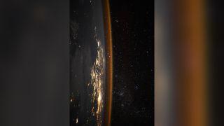 """宇航员托马斯·佩斯凯说,这是一场星光和城市灯光的""""战役""""。"""