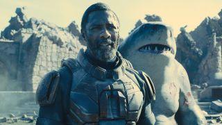Idris Elba als Bloodsport und Sylvester Stallone als King Shark in The Suicide Squad