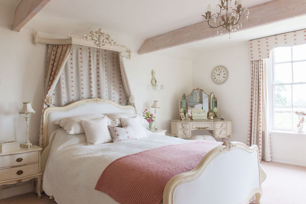 17 Romantic French-style Bedroom Ideas