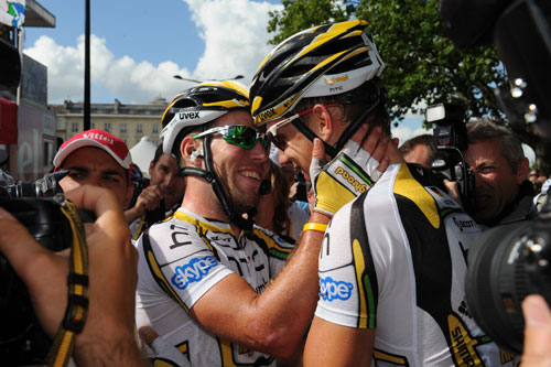 Mark Cavendish thanks team after stage 18 in Bordeaux, Andy Jones at the Tour de France 2010