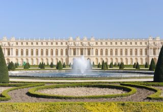 How did versailles symbolize the authority of the french king