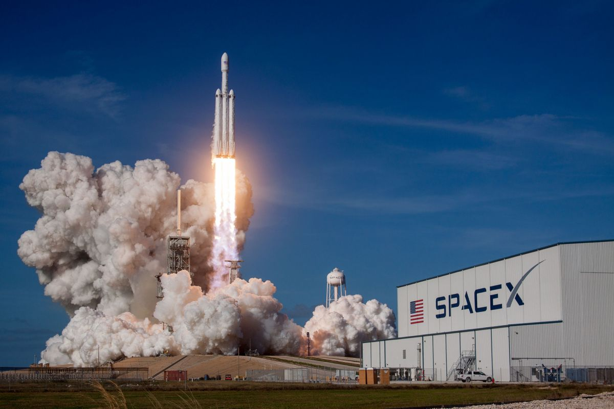 SpaceX Fires Up Falcon Heavy Ahead of Rocket's 2nd-Ever Launch Next Week