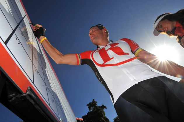Lance Armstrong signs on, Cancer Council Classic 2011