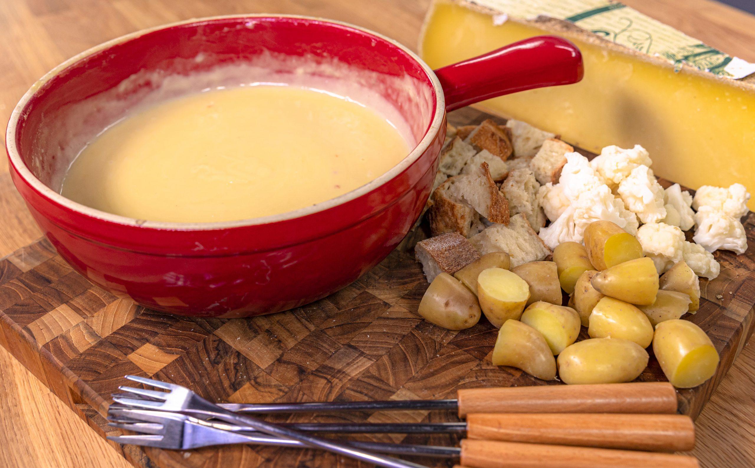 Plato elaborado con fondue de queso Raymond con pan y verduras para mojar