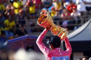 2019 Giro d'Italia winner Richard Carapaz holds aloft the Infinito winner's trophy