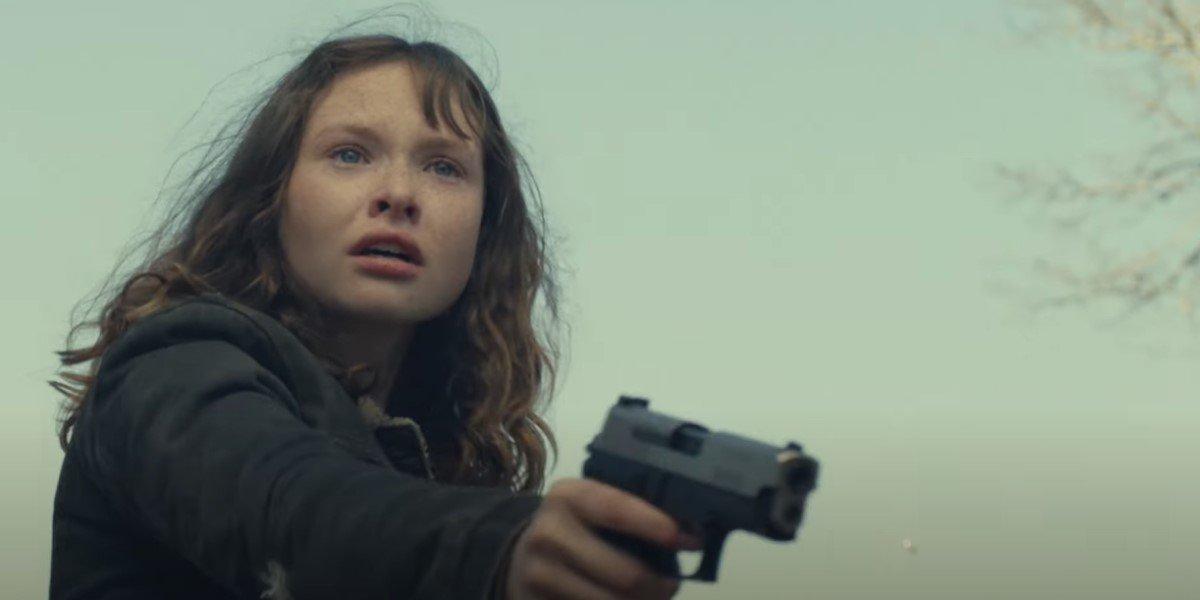 zoe colletti's dakota holding a gun on fear the walking dead season 6 finale