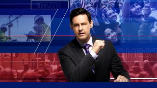 Seven on 7 Moderator Cameron Coleman schaut in die Kamera, mit einer großen Nummer 7 zu seiner Rechten