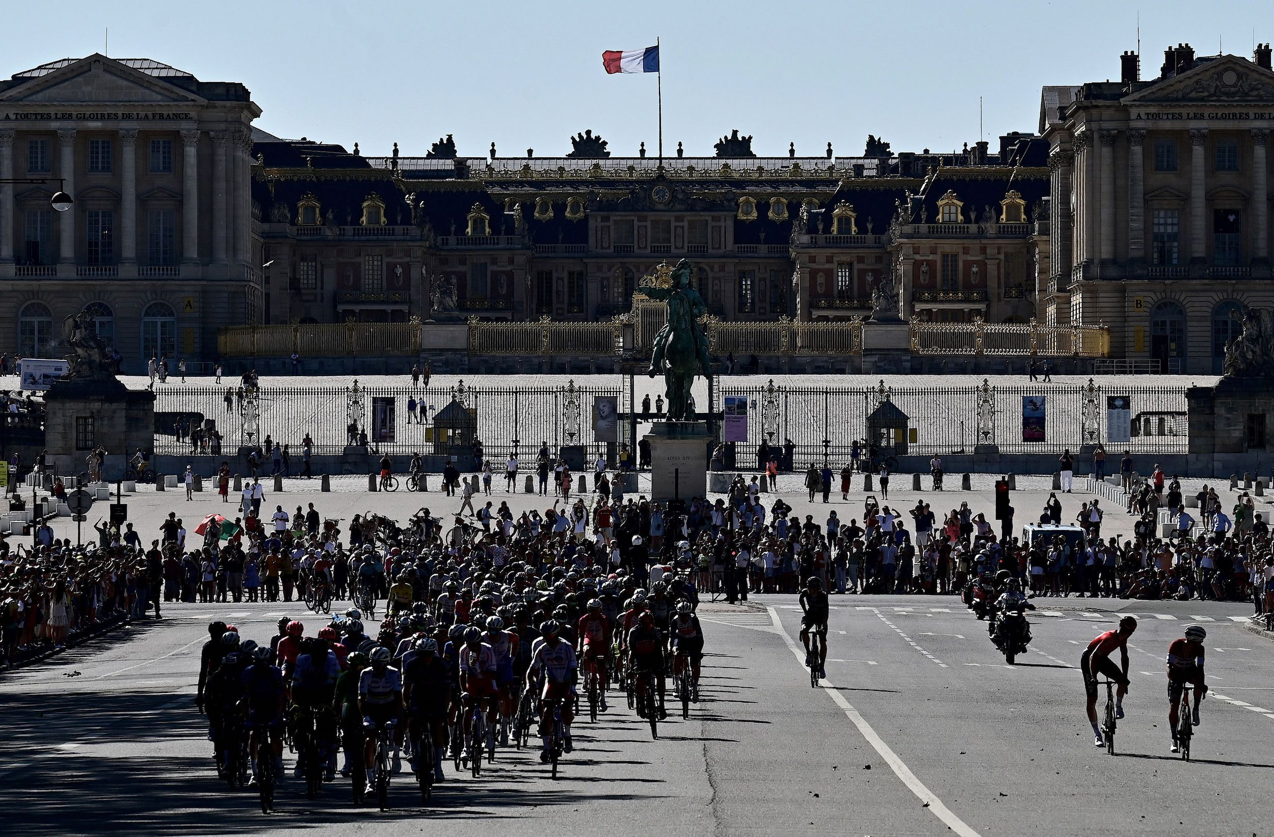 The peloton in front of the palace of Versailles