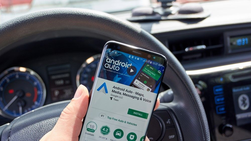 Android Auto has a new dark mode, but Google is killing the smartphone version