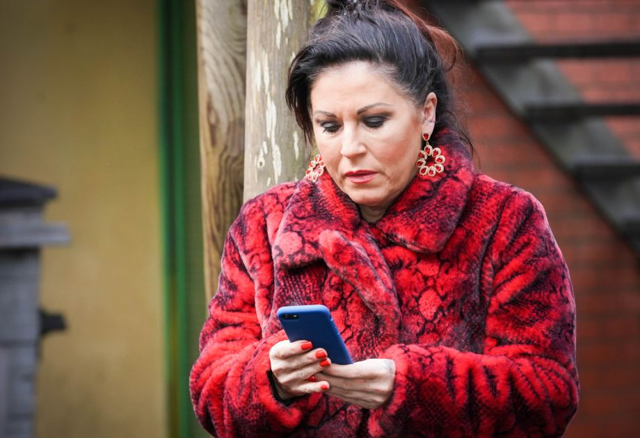 Kat Slater texts Phil Mitchell in EastEnders