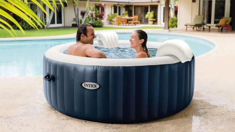 Cheap hot tubs: Intex PureSpa Plus 4 Person Portable Inflatable Hot Tub Bubble Jet Spa in garden by pool