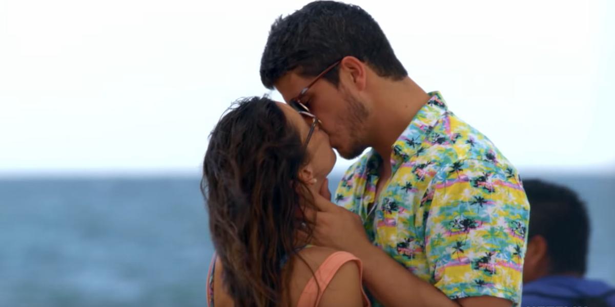 love is blind amber barnett kissing on the beach netflix 2020