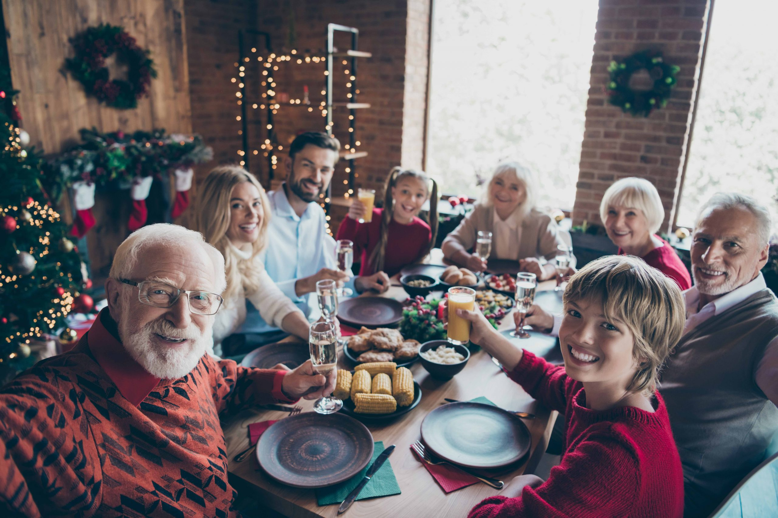 rule of six at Christmas: family having Christmas dinner