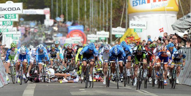 Crash during sprint, Giro d'Italia 2012, stage three
