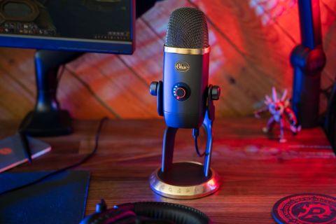 Blue Yeti X i en ny World of Warcraft Edition, på ett skrivbord.