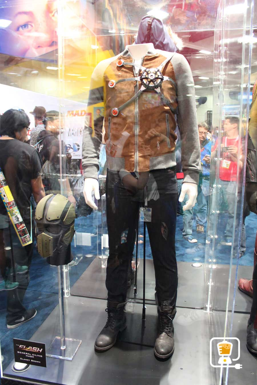 See Flash And Arrow's Amazing Costumes And Gadgets On Display At Comic-Con #32892