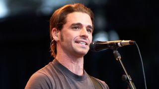 A picture of Chris Carrabba playing live in Dashboard Confessional in 2003