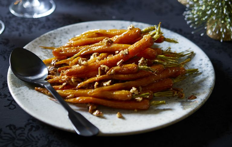 Maple-roasted carrots with pecans