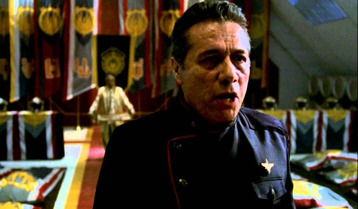 Almirante Adama do Battlestar Galactica faz um discurso em um memorial