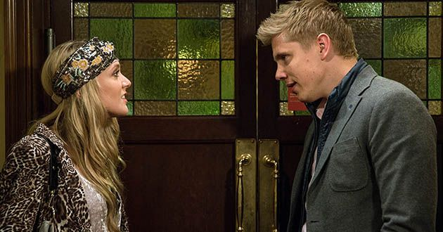 Robert Sugden fills Aaron in on setting up Rebecca White as his spy. He pressures Rebecca to get a DNA test for Lawrence White, desperate for some leverage with Chrissie in Emmerdale
