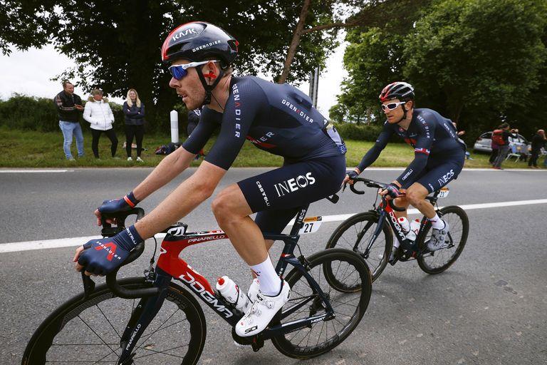 Luke Rowe guiding Geraint Thomas back to the peloton at the Tour de France 2021