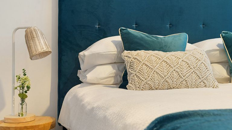 What the difference between a bedstead and a divan?