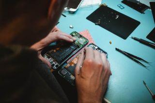 Jemand repariert ein Smartphone