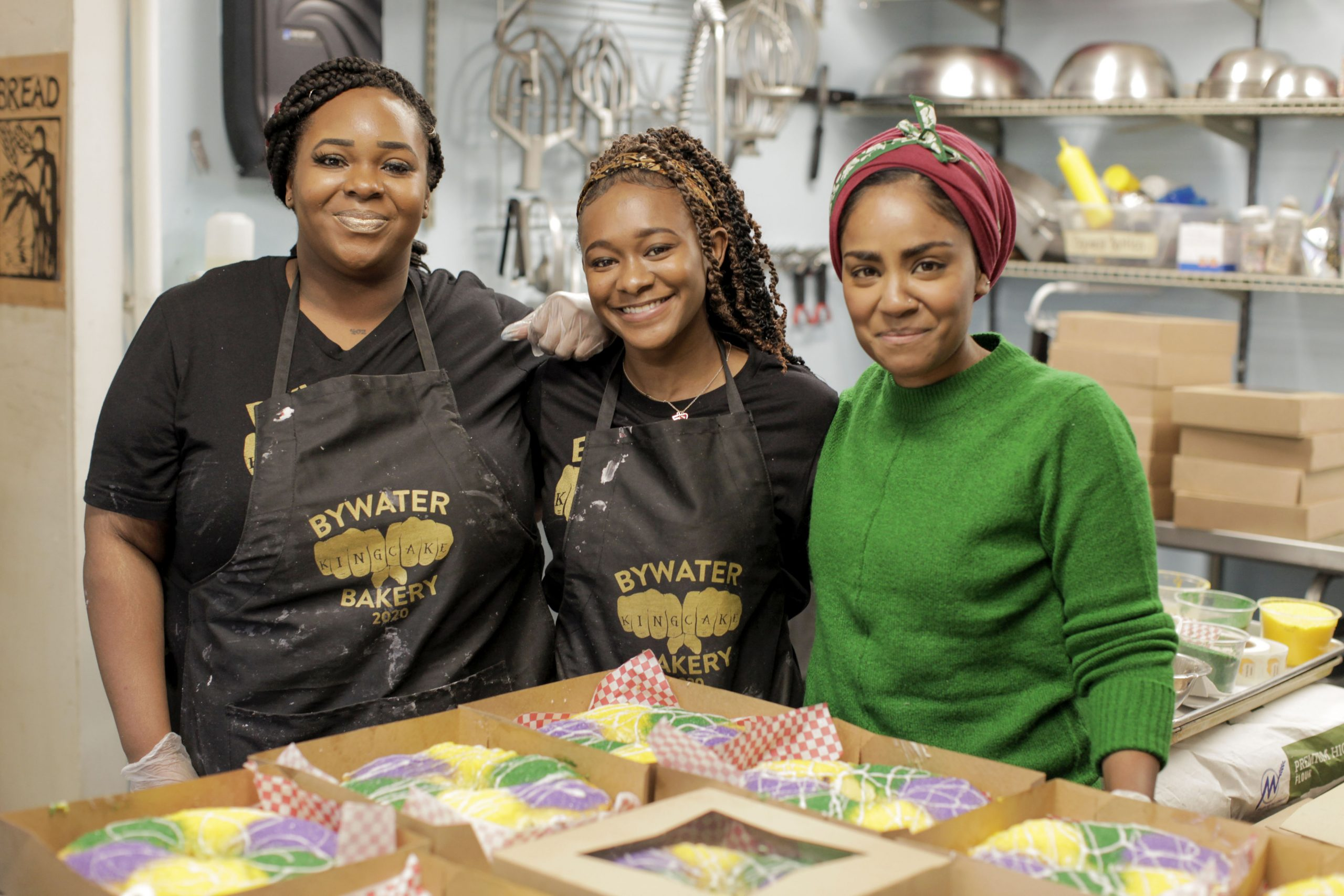 Nadiya posa con las mujeres de Bywater Bakery en Nueva Orleans y su pastel rey para Mardi Gras