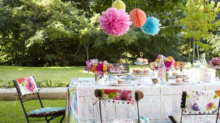 garden decor ideas: paper lanterns and patterned details on outdoor table