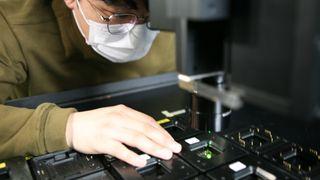 Un tecnico Samsung al lavoro su un pannello OLED