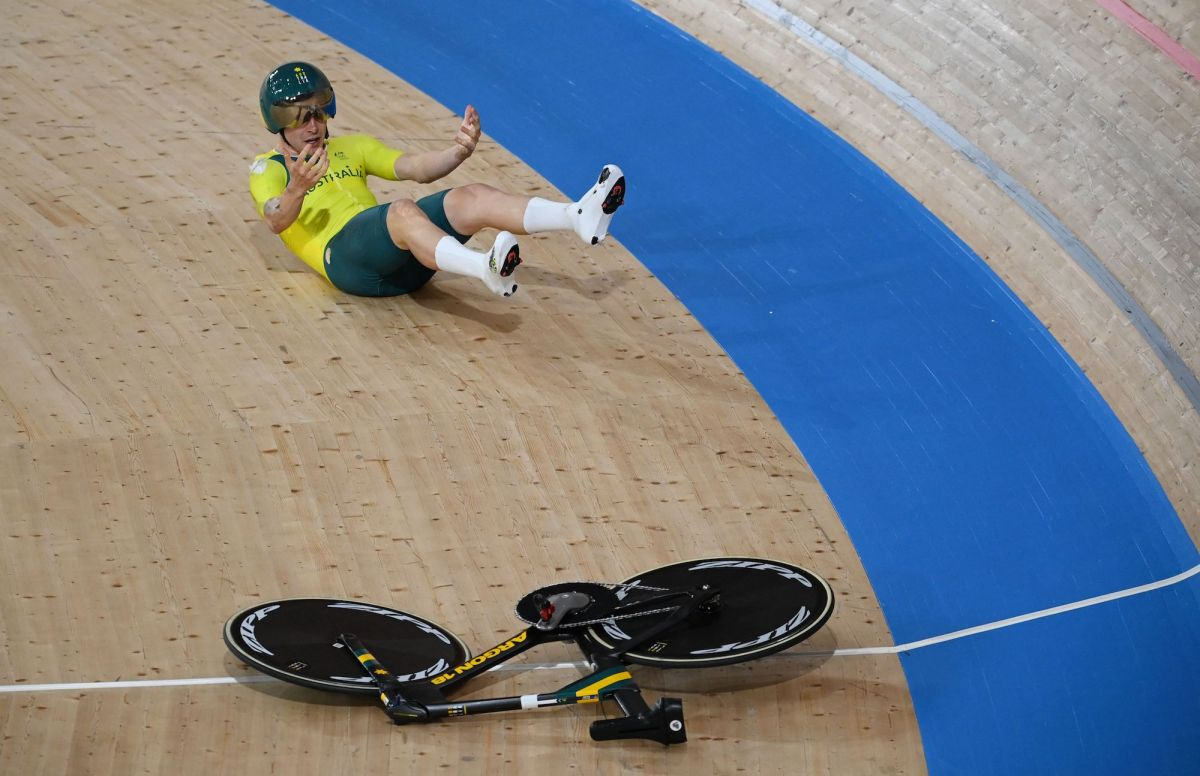 Australian track rider crashes after handlebars snap off during team pursuit qualifiers