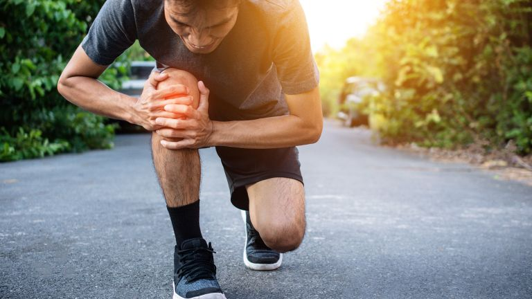 Runner suffering from IT band syndrome