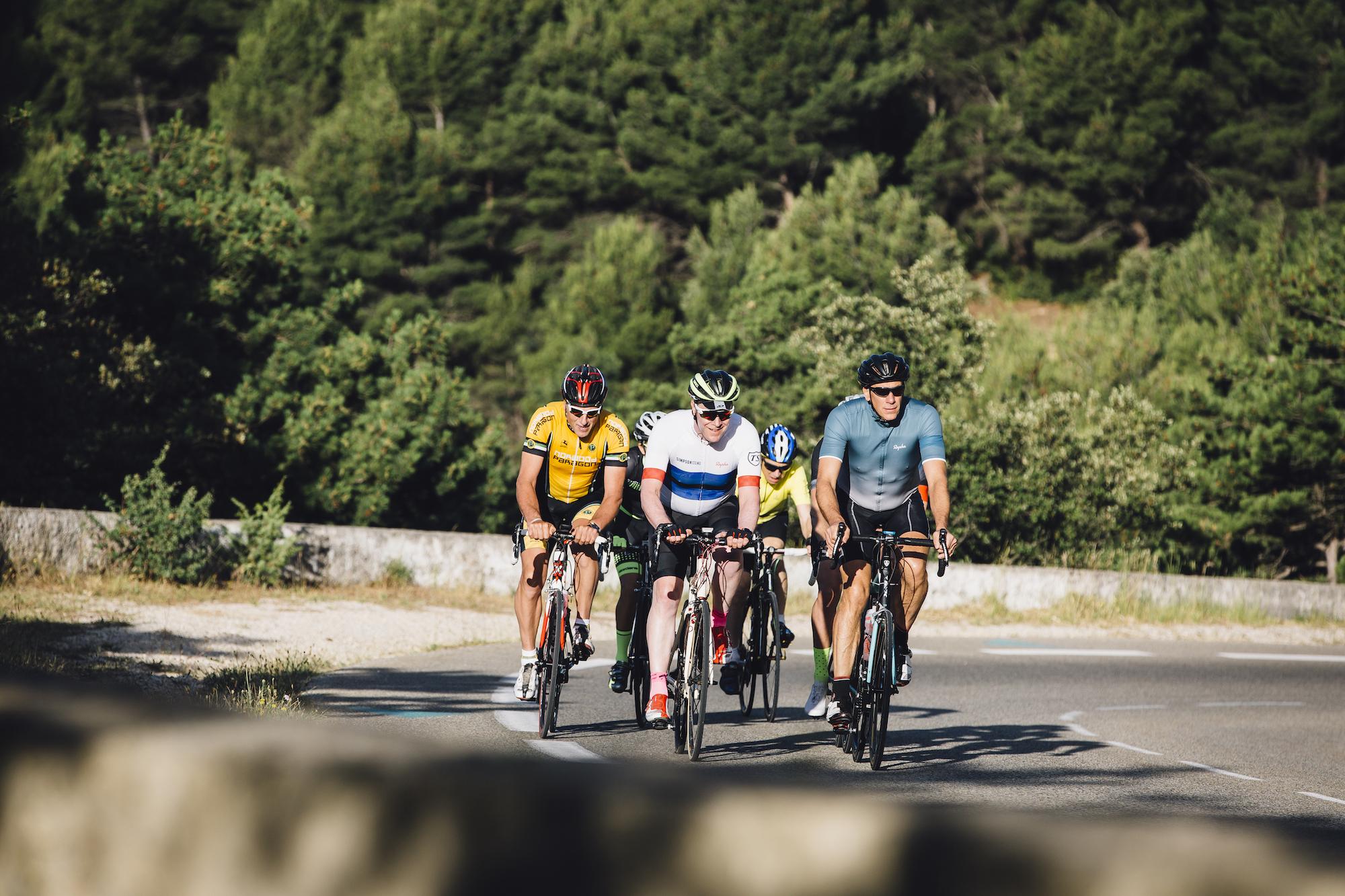 Como pedalar em grupo - fique relaxado para melhorar o manuseio