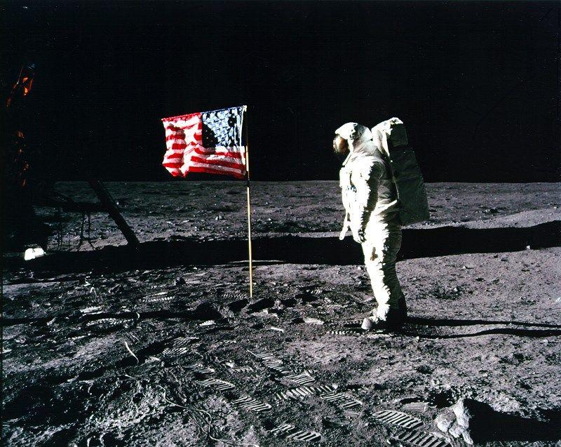 """Сліди космонавтів корабля """"Аполлон"""" на Місяці,"""